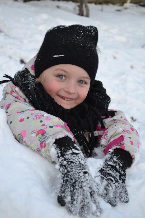 Zdjęcie zgłoszone na konkurs eBobas.pl My się zimy nie boimy i na dworze bawić się lubimy. \nZe zmarzniętym nosem można stać się Eskimosem. \nI choć śnieżek prószy to co ,że marzną nam uszy\nZ uroków zimy korzystamy i co roku na nią czekamy!