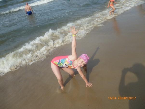 Na plaży. Plażowa gimnastyka.
