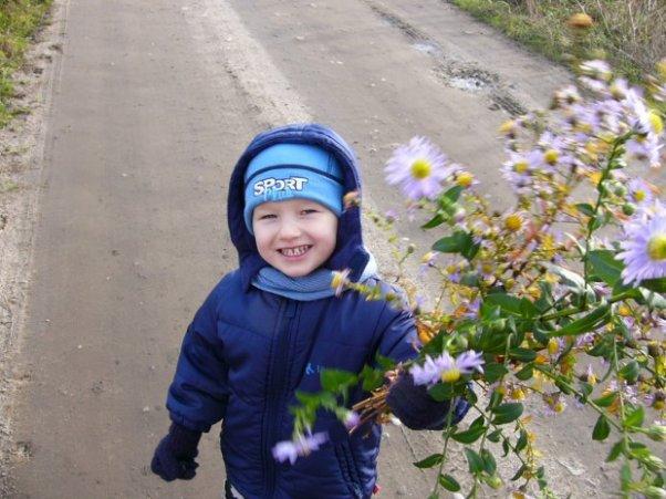 Spacerek. Na spacerku zerwałem kwiatki dla mamy.