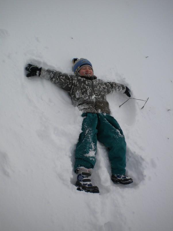 Zabawa na śniegu. Ksawek uwielbia robić orzełki:)