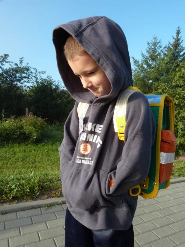 Zaczęło się noszenie tornistra;) W drodze do szkoły.