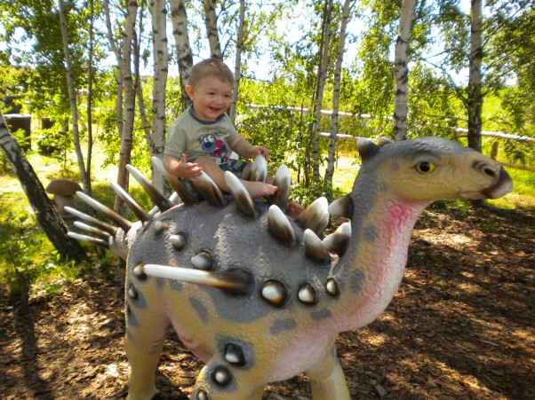 Patryk z dinusiem. Fajny ten dinozaurek:)