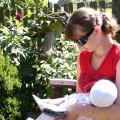 Każdy ma to co lubi - mama czyta a ja zajadam pyszne mleczko:)