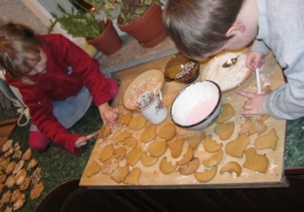 Karolinka i Adrianek ozdabianie ciasteczek:)