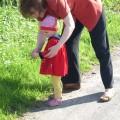 Karolinka spaceruje z kochaną babcią