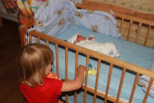 Rodzeństwo Kamila daje Rafałkowi zabawki