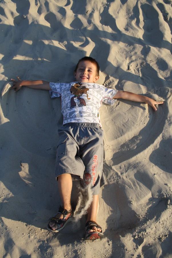 Zdjęcie zgłoszone na konkurs eBobas.pl Nasz sposób na odpoczynek to chwila szaleństwa i robienie pajacyków na piasku :)
