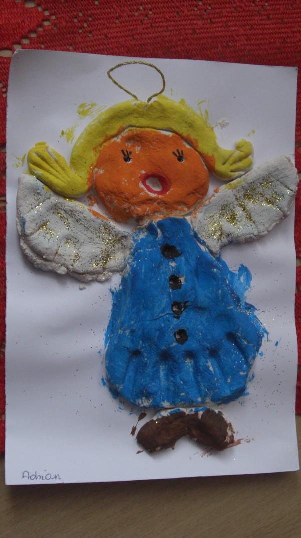 Anioł Adriana z masy solnej Mój syn się specjalizuje w  plastycznych formach , tutaj na zdjęciu wykonany przez niego anioł dla babci.