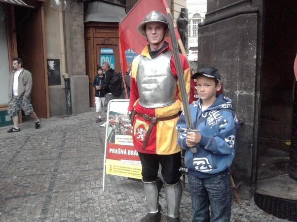 Mariusz dobrze włada mieczem Wszelkie sztuki walki nie są obce mojemu synowi.