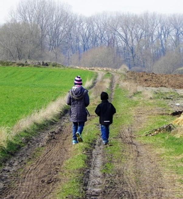 zawsze razem U babci na wsi, spacer po polach, łąkach i lesie.