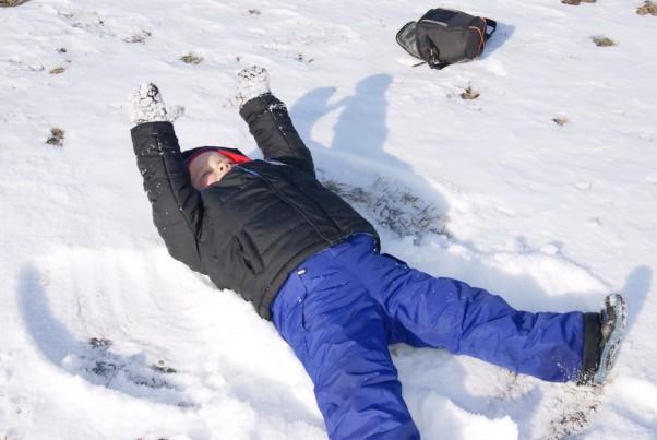 Mój pierwszy Aniołek Oj oj jaka zabawa\nMama Aniołka na śniegu robi\nMamusiu, mamusiu naucz i mnie\nDużo śmiechu, dużo frajdy\nI Aniołka mam na śniegu\n\nJuż mamusia pokazała\nJa aniołka dziś zrobiłem\nTutaj jeden,a tam drugi\nJaka szkoda, że tak mało\nPozostało dzisiaj śniegu