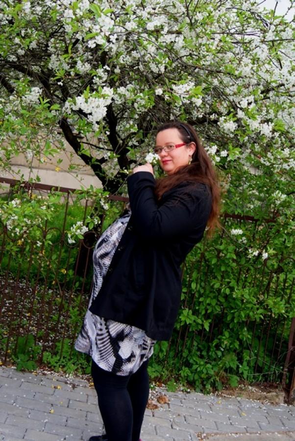 Zdjęcie zgłoszone na konkurs eBobas.pl Na spacerku dziś z mężulkiem\nZobaczyłam piękne drzewko\nI marzyłam sobie słodko\nJak wisienki zrywa malec\nI z radością pozowałam\nZ Mareczkiem w brzuszku jeszcze\nGdy tak zgrabnie tatuś dzisiaj\nPstrykał zdjęcia na spacerze.