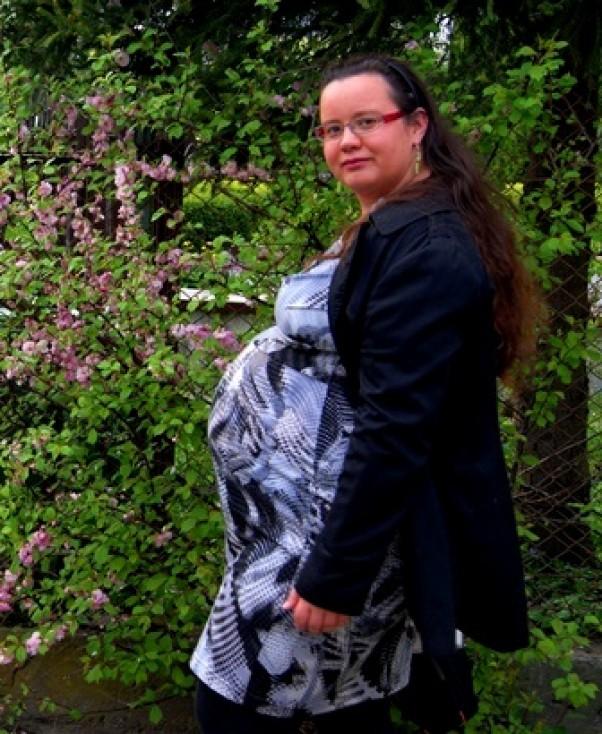 Zdjęcie zgłoszone na konkurs eBobas.pl Ostatnie chwile przed szpitalem, delektuję się zapachem kwiatów w ogrodzie, zdjęcie jest zrobione przy bramce. Mareczek bardzo kopał może stąd tak poważna moja minka. Cieszę się z każdej chwili spędzonej z Mareczkiem i mężem, niestety jest ich tak niewiele z powodu pracy. \nA Mareczek uwielbia głos tatusia :)