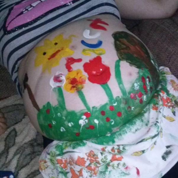 Zdjęcie zgłoszone na konkurs eBobas.pl artystyczne dzieło moich dzieci na ciążowym brzuszku i mieszkanku Łucji :) bo ciąża to czas radości wielu barw i kolorów :)