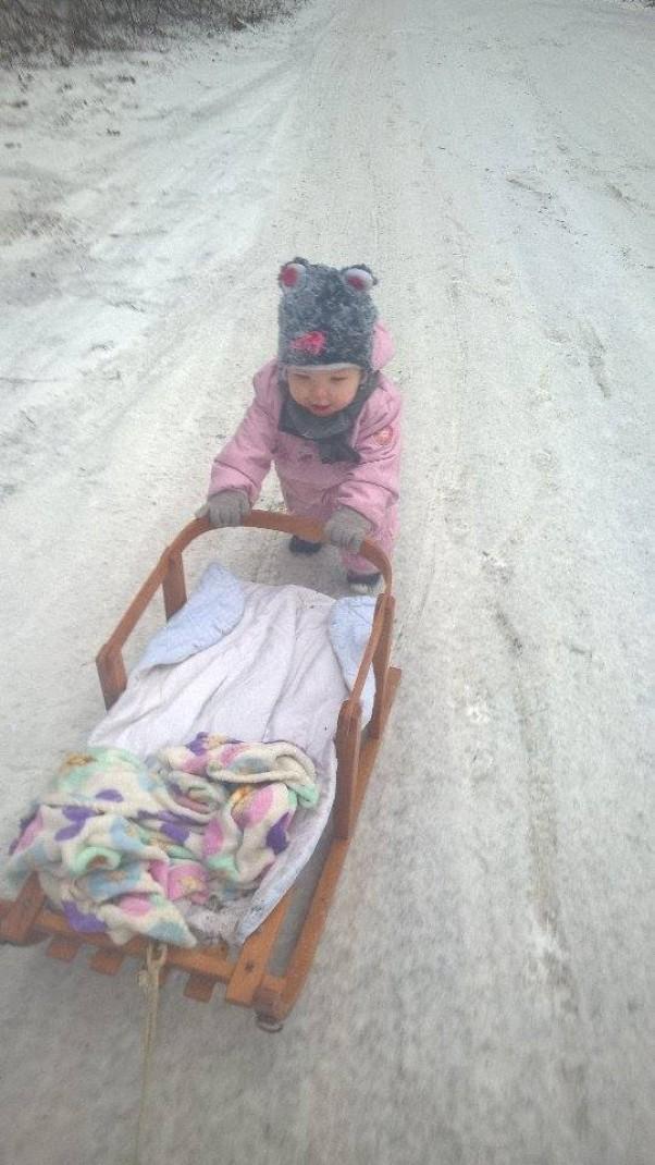 Zdjęcie zgłoszone na konkurs eBobas.pl Ach jak dobrze, przyszła zima!\nJuż śnieg pada i mróz trzyma.\nJest też zdrowo i wesoło,\nbo śmiech dzieci słychać wkoło :)\n\npierwsza zima którą Łucja będzie pamiętać że bawiła się super :) :) :) \n\n