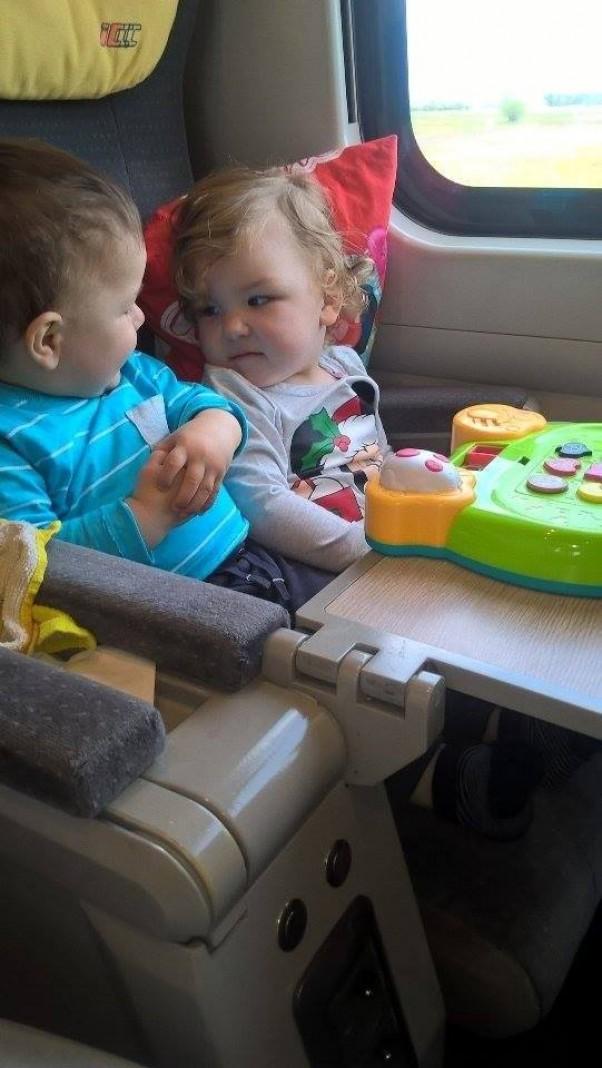 Zdjęcie zgłoszone na konkurs eBobas.pl Bo w pociągu też można poznać towarzysza podróży, z którym się pobawisz podzielisz jedzeniem i zabawkami :)