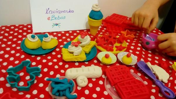 Kawiarenka eBobasa Każdy rodzic dobrze wie,\nże zabawa klei się, \ngdy małe rączki mogą lepić, tworzyć i formować.\nDziś zapraszamy na muffinki, gofry i\nna lody dla ochłody. \nMenu eBobasa bardzo bogate!