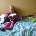 Mała basistka;)
