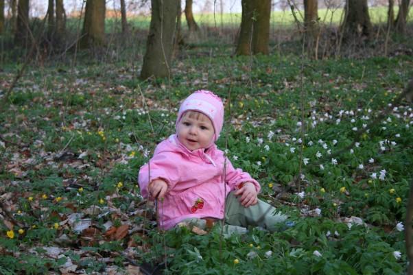 Wiosna w parku Wiosenne kwiatki, wiosenna czapka i kurteczka. A w sercu radość z końca długiej zimy.