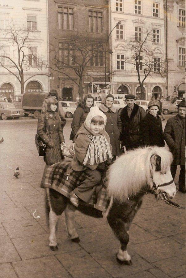 Przejażdżka na kucyku - to była dopiero frajda Niemal codziennie w Rynku Głównym można było przejechać się na takim oto kucyku.