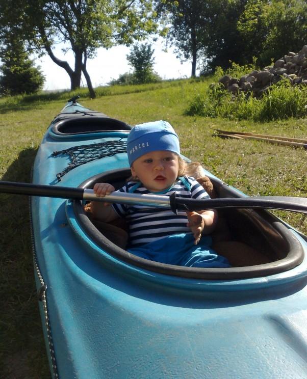 Ahoj przygodo już płyne. Mój skarb na wakacjach u dziadków,postanowił samodzielnie popływać- całe szczęście że tylko na trawie :-)