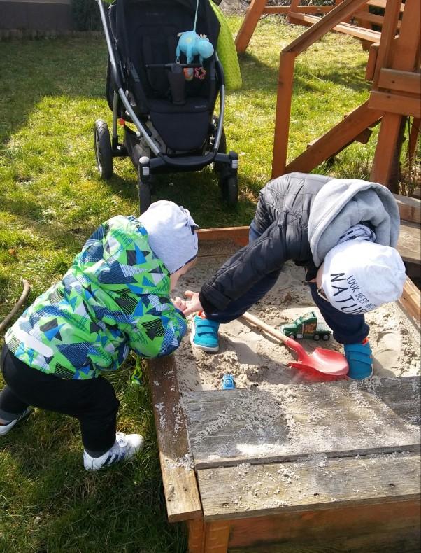 Przygoda na działce. Ja i mój młodszy brat w poszukiwaniu skarbów.