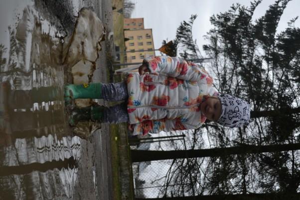 Zdjęcie zgłoszone na konkurs eBobas.pl Lubię po deszczu kałuże,\nte malutkie i te duże,.....\nGdy kałuża na mej drodze,\nnie czekając, ja w niej brodzę!...... .I choć woda w niej nieduża,\ntajemnicza jest kałuża,\nbo wygląda, jak jezioro.