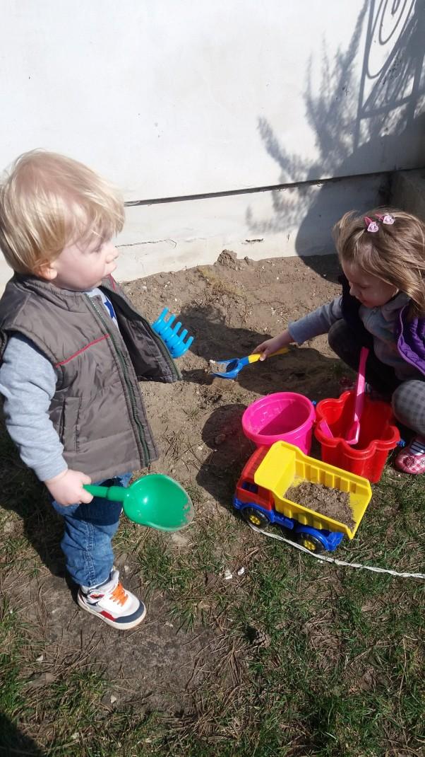 Pomagamy babci zrobić nowy mini ogródek  Moje dzieci pomagały babci stworzyć nowy ogródek na kwiatki
