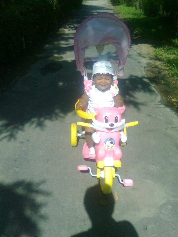 Zdjęcie zgłoszone na konkurs eBobas.pl Tak sobie jeżdżę na rowerku a za silnik robi babcia...