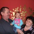 Wiktoria z rodzicami swojej Mamy