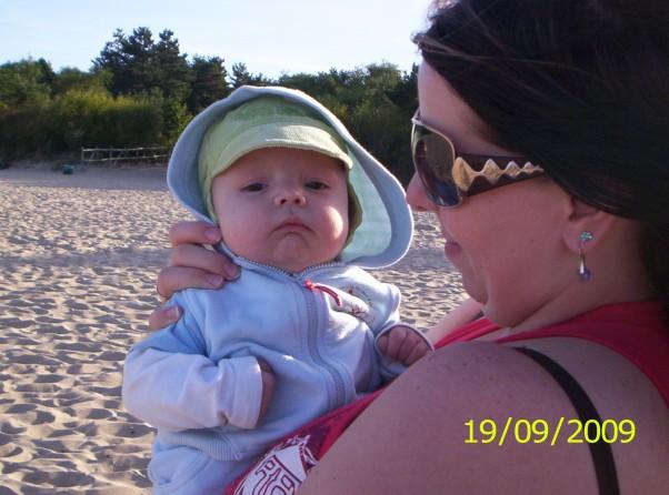 Z mamusią nad morzem Hmm troszkę wiało ale z mamą i tatą było fajnie :)