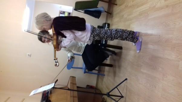 Zdjęcie zgłoszone na konkurs eBobas.pl Moja skrzypaczka z nauczycielem podczas lekcji